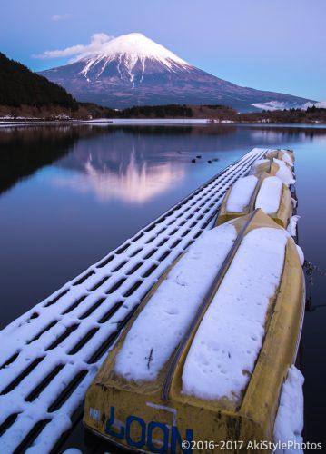 冠雪した田貫湖と富士山