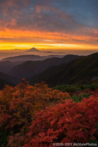 紅葉の北岳と朝焼けの富士山