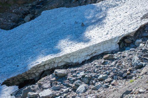 北岳の左俣ルートにある雪原
