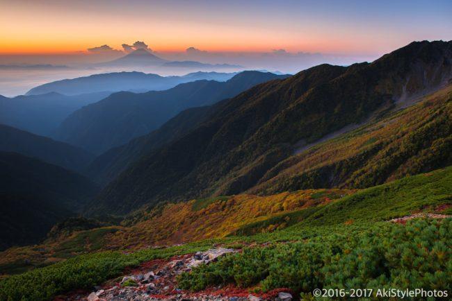 北岳山荘から見た夜明けの富士山