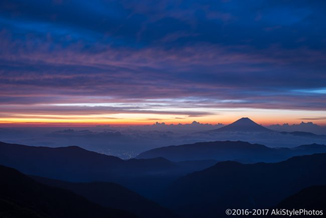 北岳山荘から見た夜明けと富士山