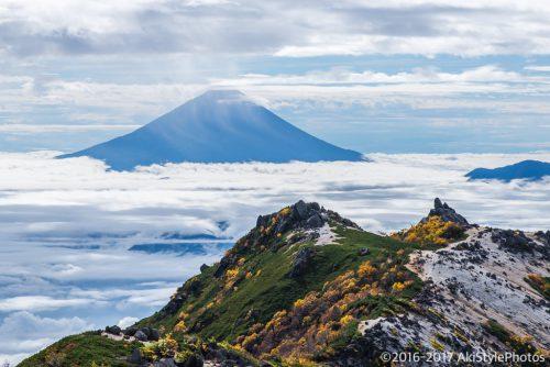 観音岳から見る薬師岳と富士山と紅葉