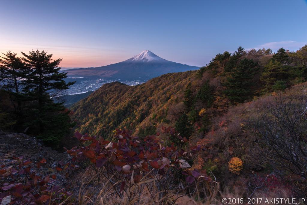 三ツ峠山で初冠雪の富士山と紅葉