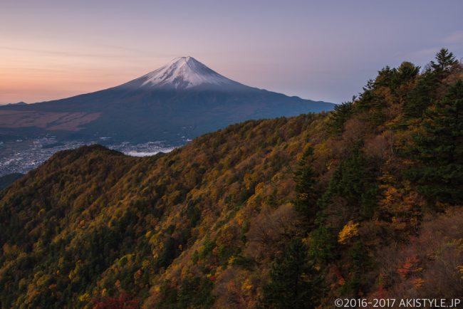 三ツ峠山から初冠雪した富士山と紅葉