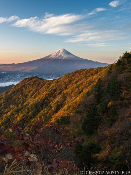 三ツ峠山から初冠雪の富士山と紅葉