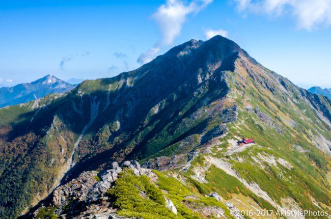 北岳と北岳山荘が見える稜線