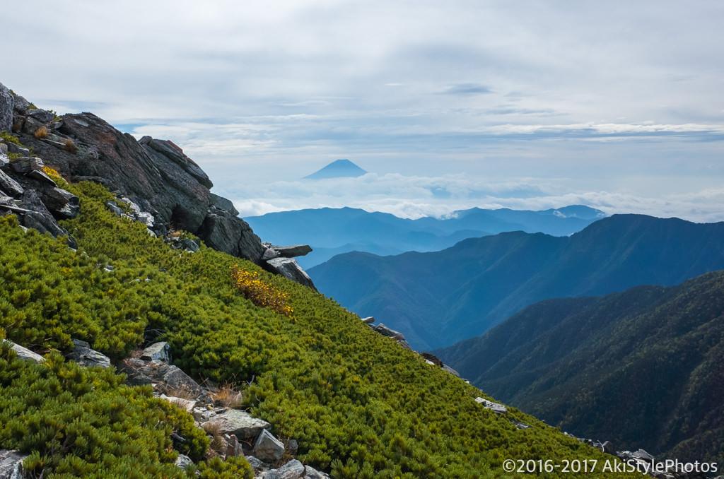 北岳に向かう稜線から富士山