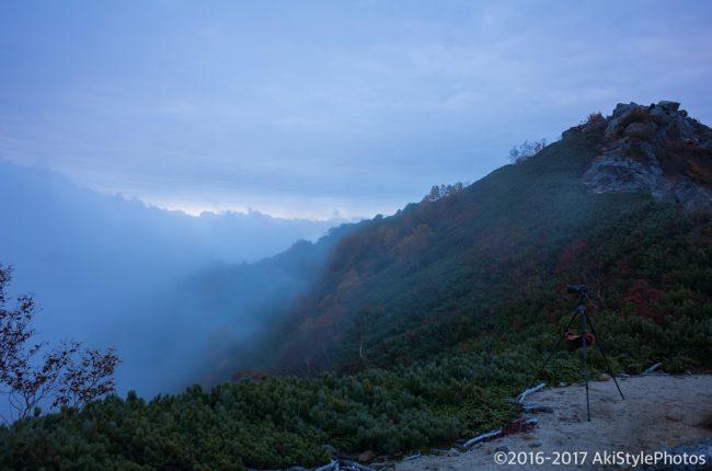 雲に飲まれる観音岳の山頂