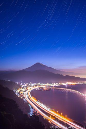 比較明合成した薩埵峠からの富士山と星の軌跡