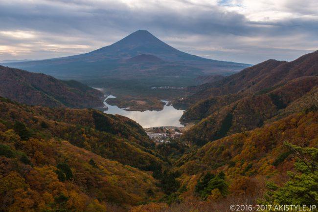 精進峠からの精進湖と富士山と紅葉