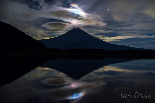 田貫湖から彩雲と笠雲富士山