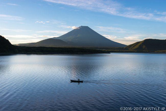 本栖湖の朝と富士山とボート