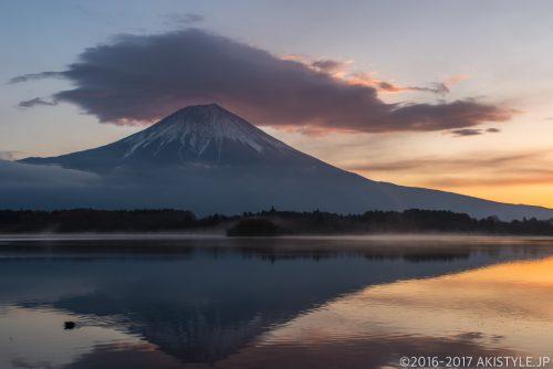 田貫湖で朝焼けの笠雲と富士山
