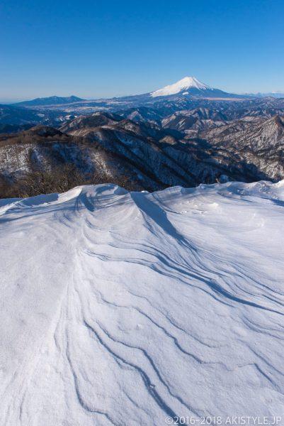 積雪した塔ノ岳からシュカブラと富士山