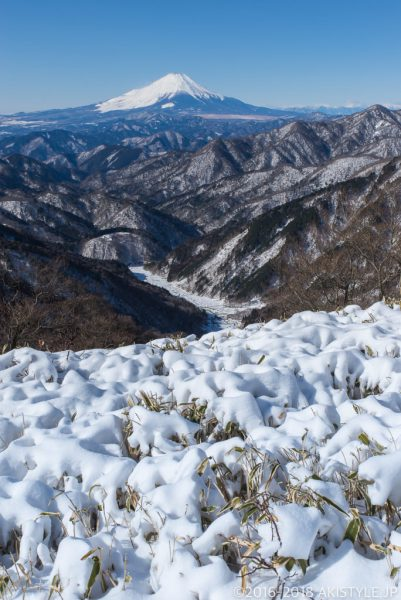 積雪した丹沢から見える富士山