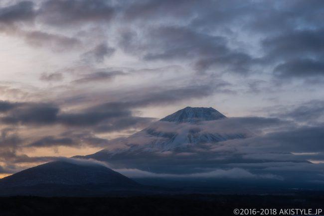 本栖湖の夜明けと富士山