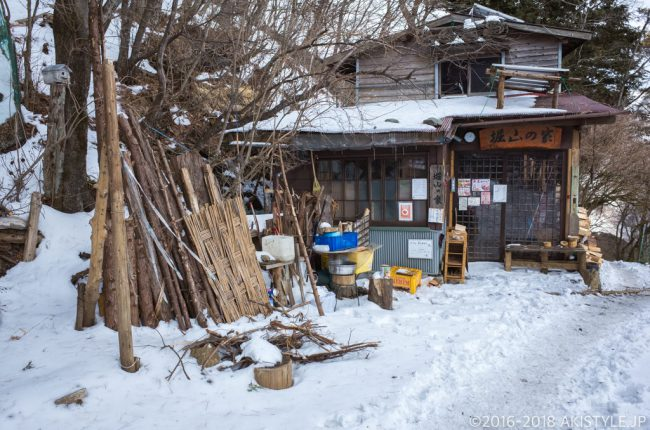 積雪した堀山の家