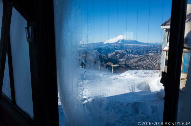 積雪した塔ノ岳から富士山