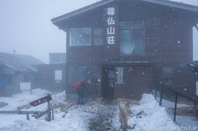 雪の降る塔ノ岳、尊仏山荘