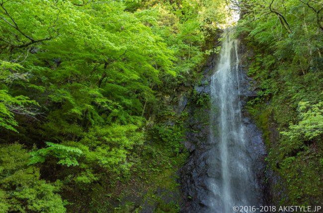 七面山登山口の白糸の滝