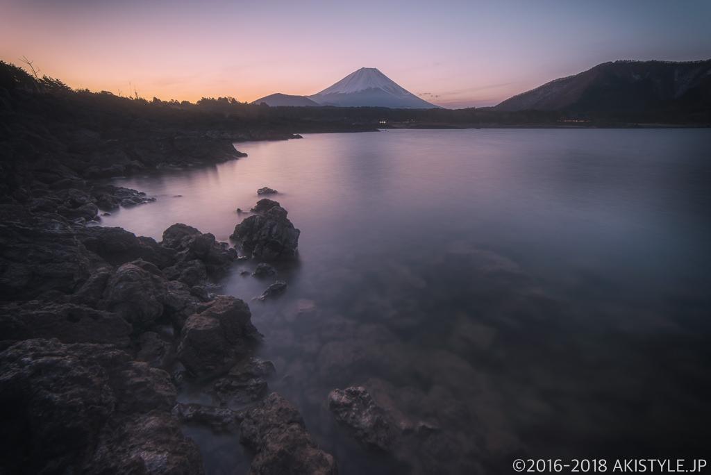 本栖湖の岩場からの富士山