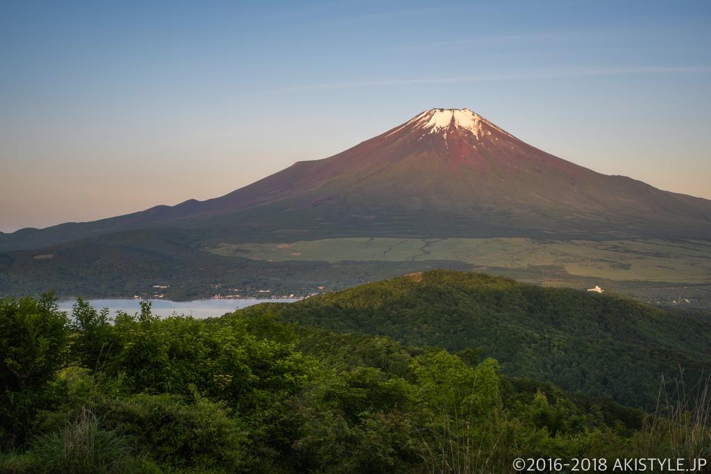 石割山から見た朝陽差し込む富士山