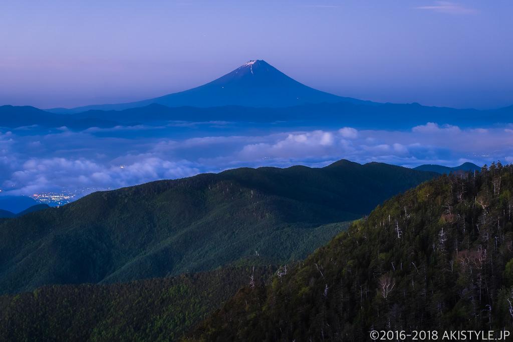 国師ヶ岳から見た夜明け前の富士山