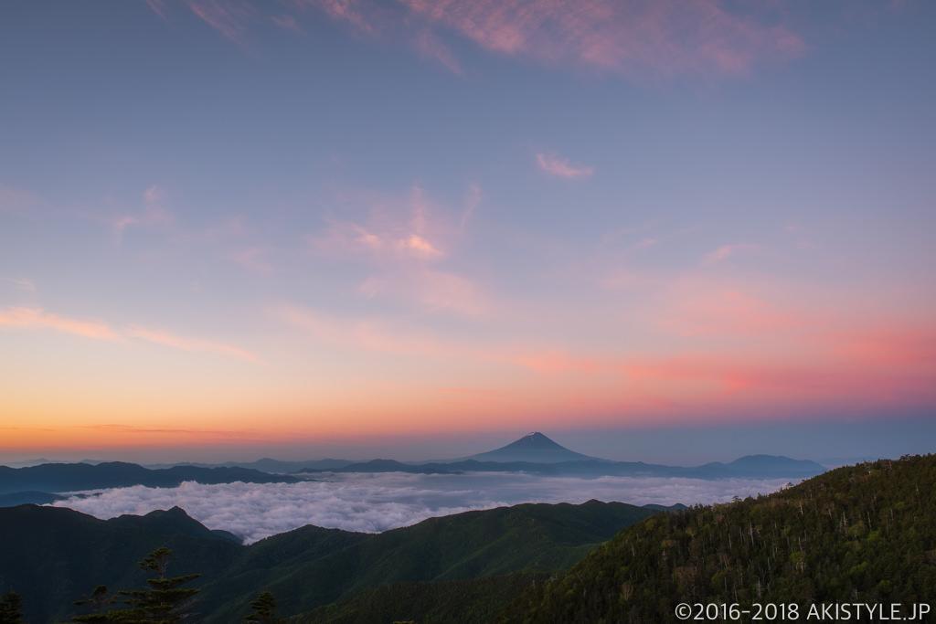 国師ヶ岳からの朝焼けと富士山と雲海
