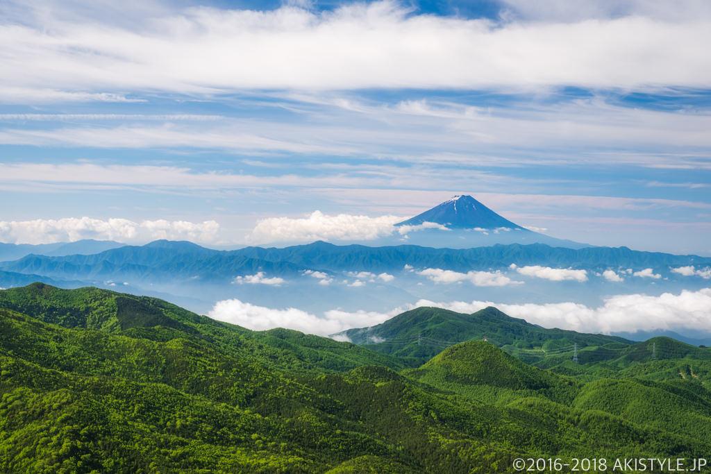 朝日岳のガレ場から見る富士山
