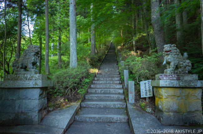 石割山の階段状の登山道