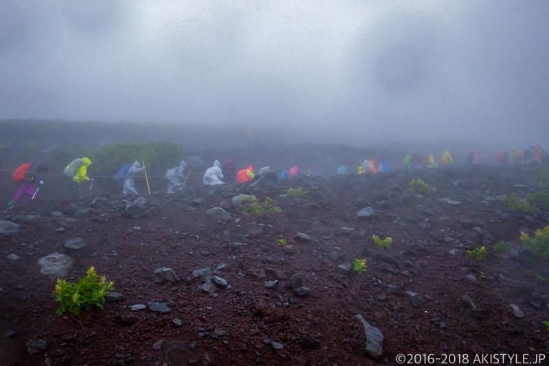 雨の中の富士登山