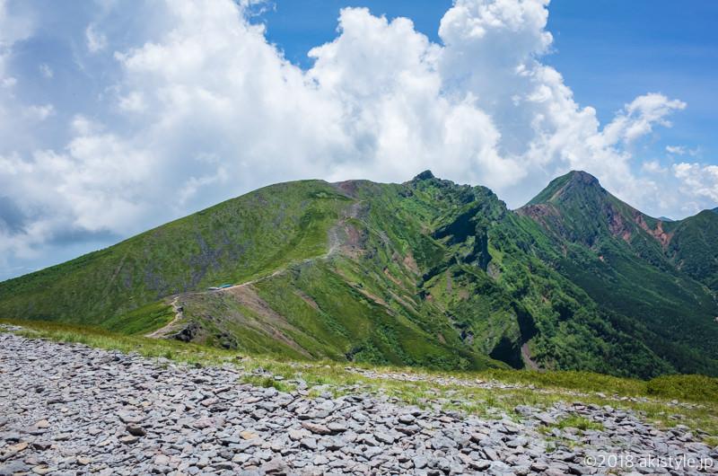 硫黄岳から見た横岳と赤岳