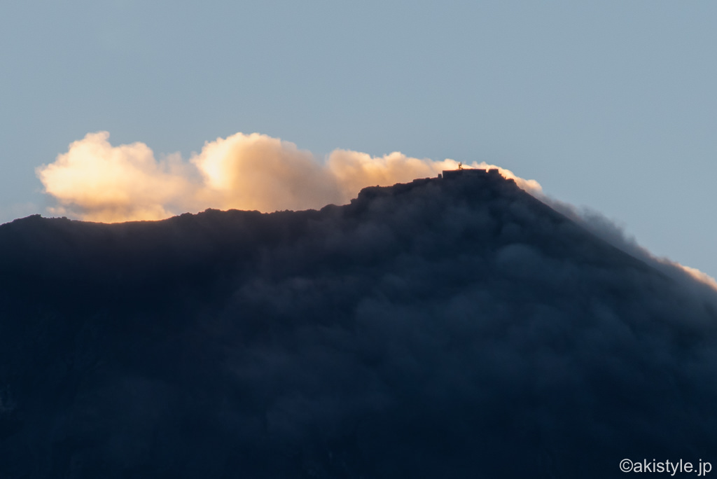 強風が吹き荒れる富士山の頂上