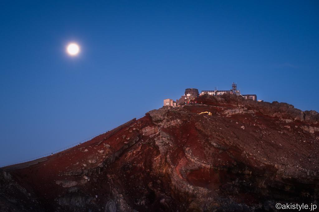 剣ヶ峰に沈む満月