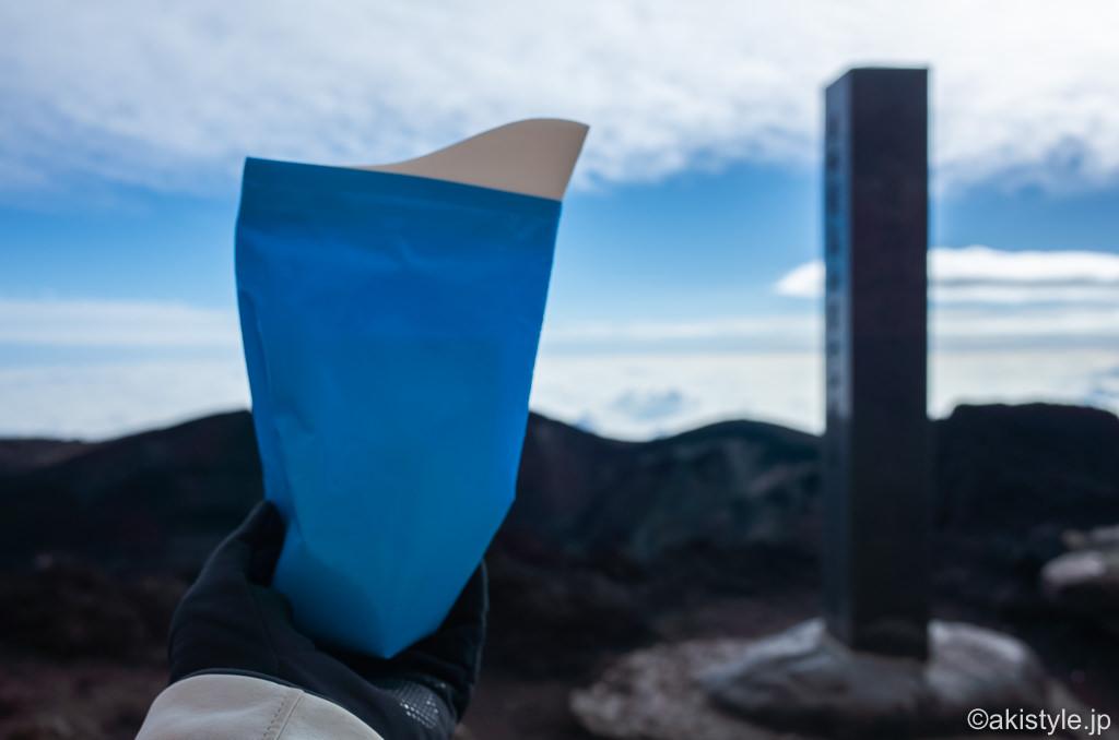富士山頂上で携帯トイレ