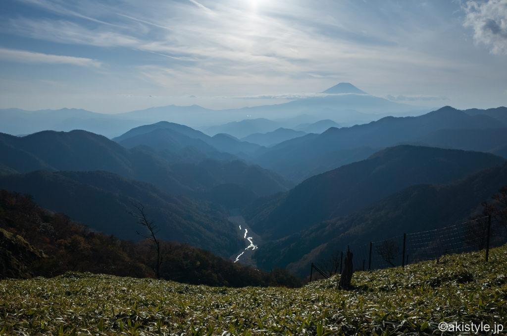 丹沢山への稜線と富士山