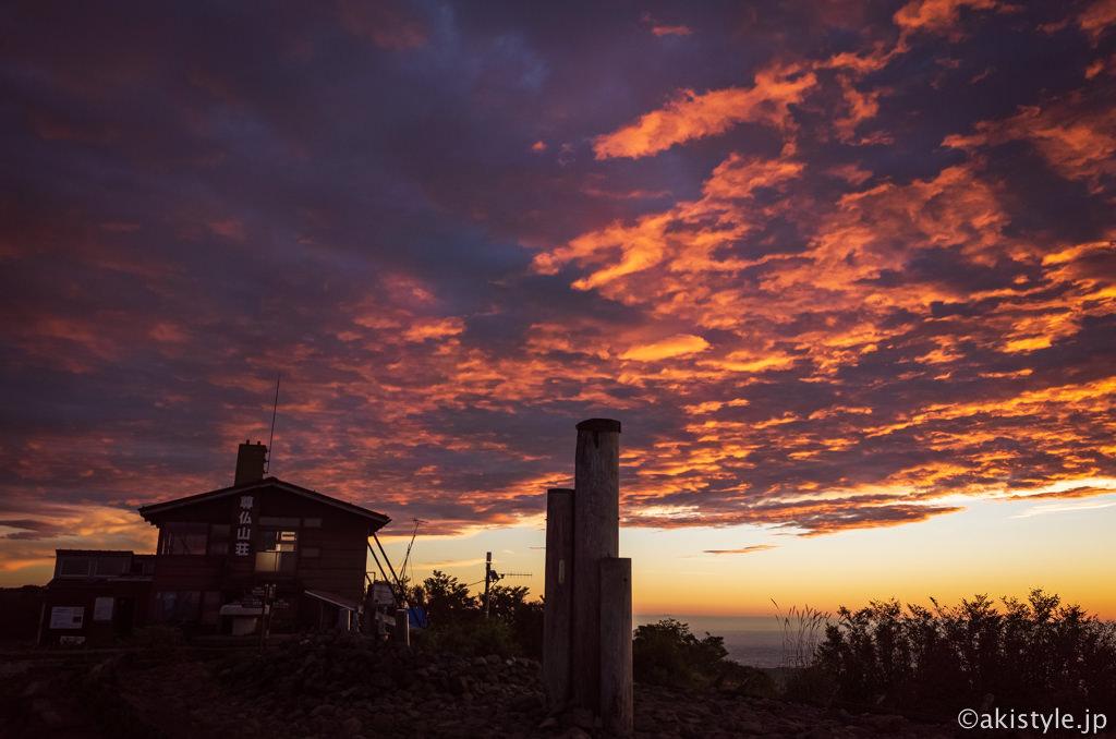 尊仏山荘と朝焼け
