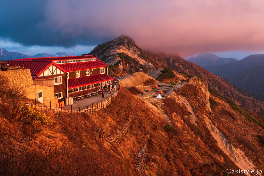 朝焼けに染まる燕山荘