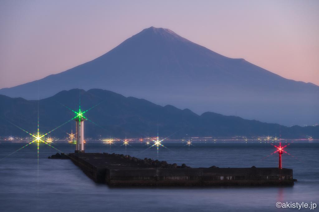 富士山と灯台の夜景