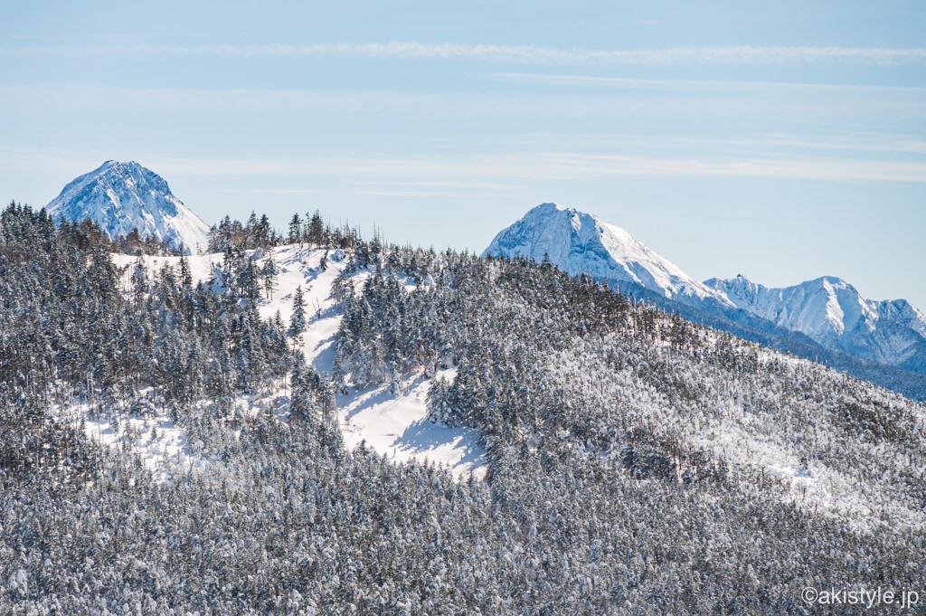 北横岳から見える赤岳と阿弥陀岳