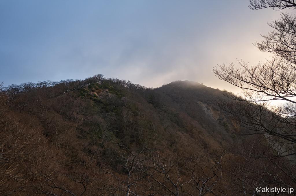 塔ノ岳山頂を見上げる