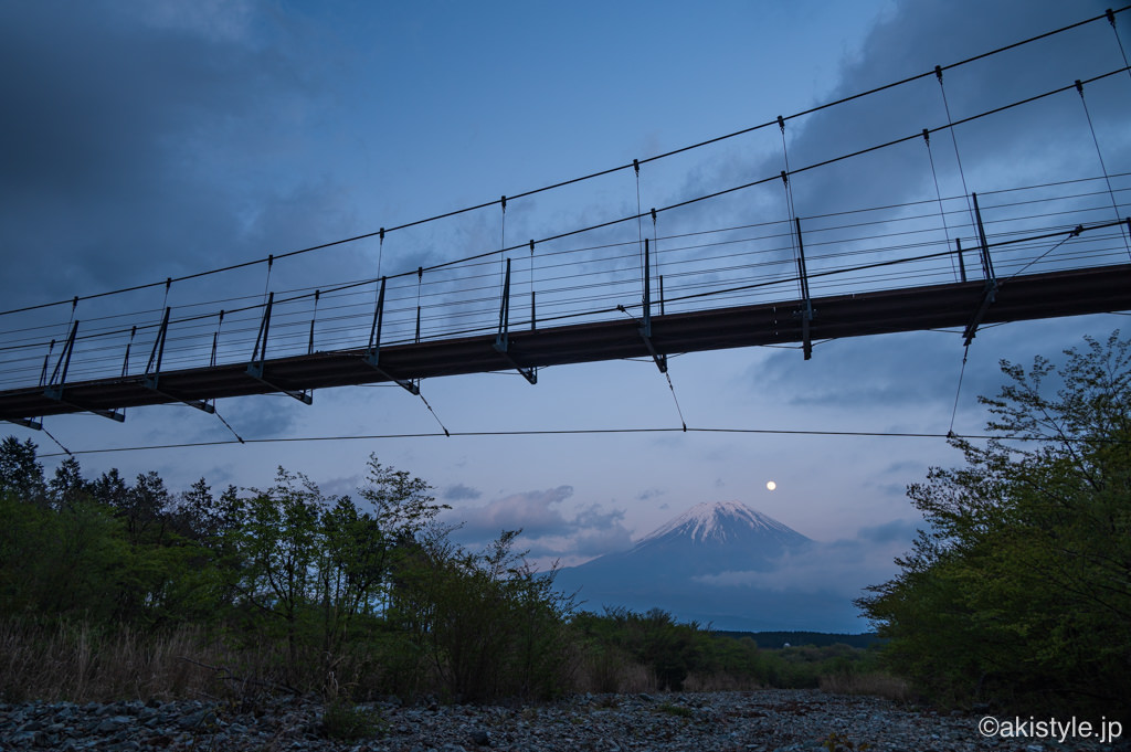 麓の吊り橋とパール富士