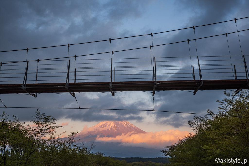 麓の吊り橋と紅富士